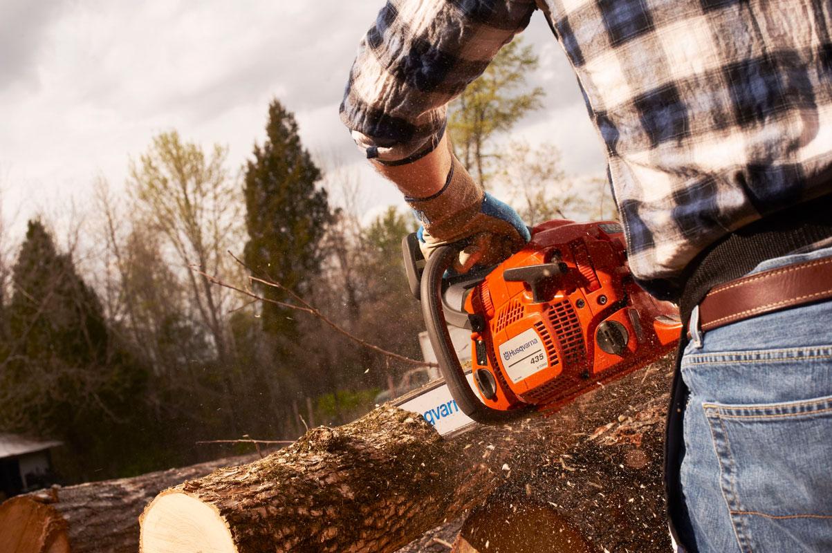 Husqvarna 435 II chainsaw cutting wood