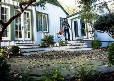 Husqvarna hand-held leaf blower and vacuum 125B 125BVX in action
